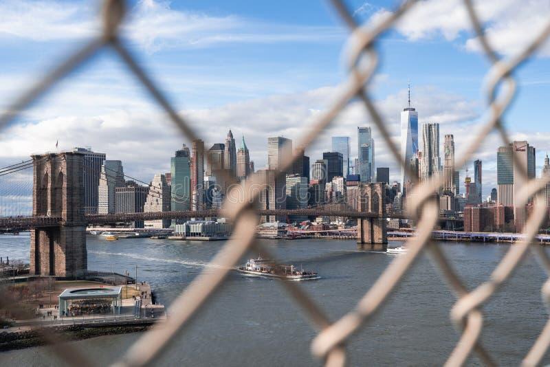 De Stad van New York achter kooi stock foto