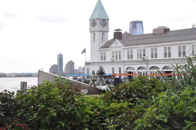De Stad van New York, 2 Augustus: Pijler een Havenhuis van Batterijpark in de Stad van Lower Manhattannew york stock afbeelding