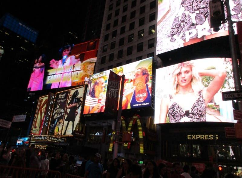 De Stad van New York, 3 Augustus: Times Square die 's nachts in Manhattan in de Stad van New York adverteren royalty-vrije stock foto