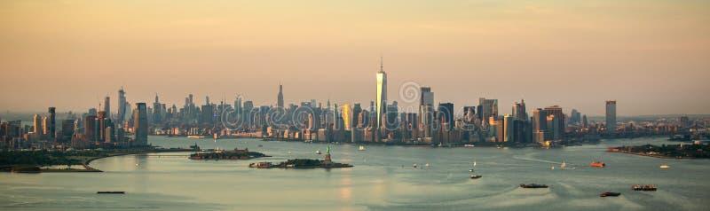 De stad van New York bij zonsondergangsatellietbeeld stock foto