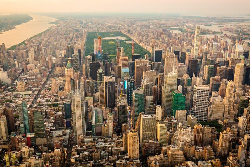 De stad van New York bij zonsondergangsatellietbeeld stock afbeelding