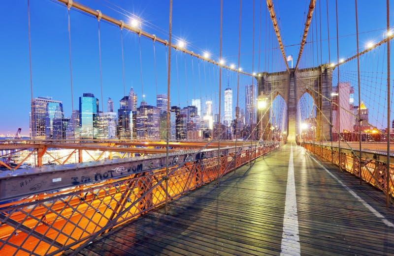 De Stad van New York, de Brug van Brooklyn bij nacht, de V.S. stock afbeelding