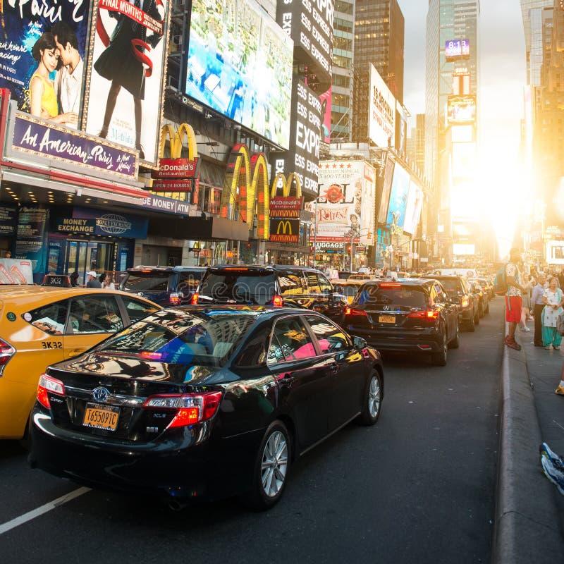 DE STAD VAN NEW YORK - 1 JULI: Het Times Square kwam met Broadway-Theaters voor en de geanimeerde LEIDENE tekens is een symbool v royalty-vrije stock afbeeldingen