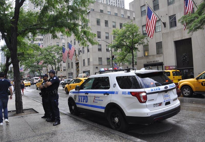 De Stad van New York, 2 Juli: NYPD-de Politiemannen op Rockefeller-Centrum plaatsen van Manhattan in de Stad van New York in Vere stock foto's