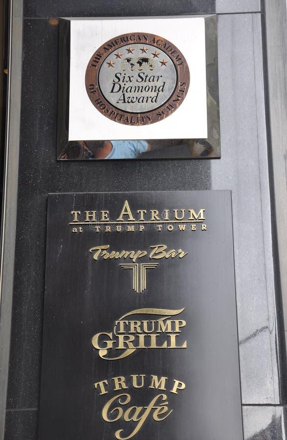 De Stad van New York, 1 Juli: De plaquetoekenning van de troeftoren van Fifth Avenue in Manhattan van de Stad van New York in Ver royalty-vrije stock afbeelding