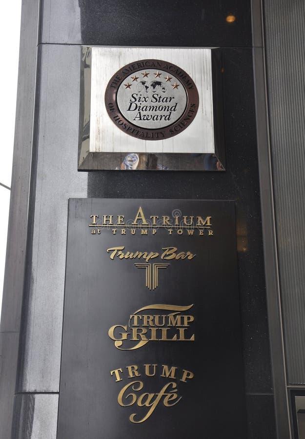 De Stad van New York, 1 Juli: De plaquetoekenning van de troeftoren van Fifth Avenue in Manhattan van de Stad van New York in Ver royalty-vrije stock foto