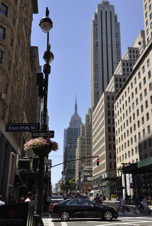 De Stad van New York, 2 Juli: Straatmening met Empire State Building in Manhattan van de Stad van New York in Verenigde Staten royalty-vrije stock afbeelding