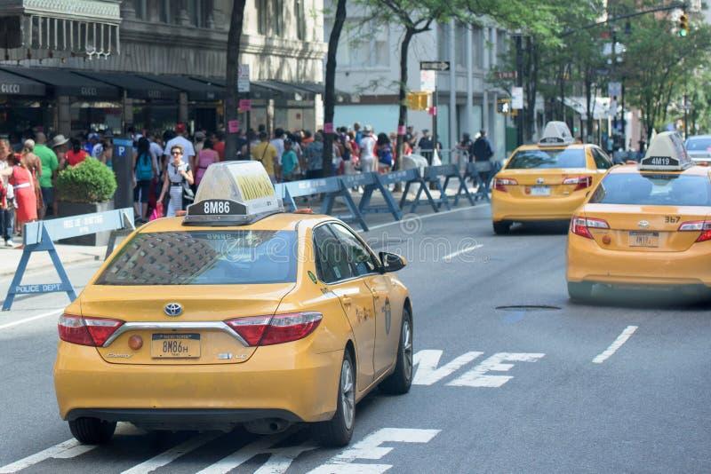 DE STAD VAN NEW YORK - 14 JUNI 2015: De jaarlijkse gevulde 5de Weg van Puerto Rico Day Parade stock afbeeldingen