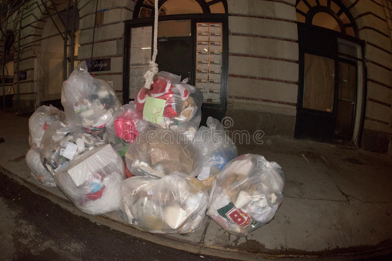 DE STAD VAN NEW YORK - 16 JUNI 2015: Huisvuil op de straat bij nacht stock afbeelding