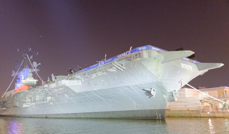 DE STAD VAN NEW YORK - 14 JUNI, 2013: Onversaagd USS (CV/CVA/CVS-11), is stock afbeeldingen
