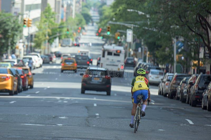 DE STAD VAN NEW YORK - 14 JUNI 2015: stads verstopte straat en weg stock fotografie