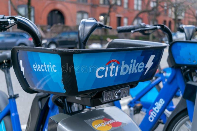 De Stad van New York, NY/USA - 03/21/2019: Citibikes op de Stadsstraat van New York, Manhattan, NYC, de V.S. stock afbeelding