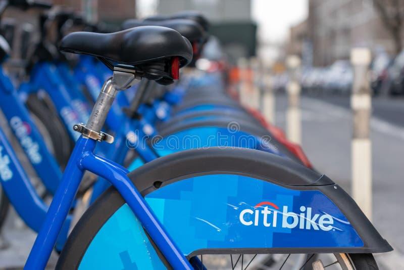 De Stad van New York, NY/USA - 03/21/2019: Citibikes op de Stadsstraat van New York, Manhattan, NYC, de V.S. stock foto's