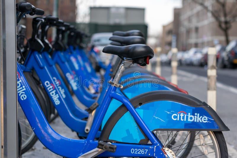 De Stad van New York, NY/USA - 03/21/2019: Citibikes op de Stadsstraat van New York, Manhattan, NYC, de V.S. royalty-vrije stock foto