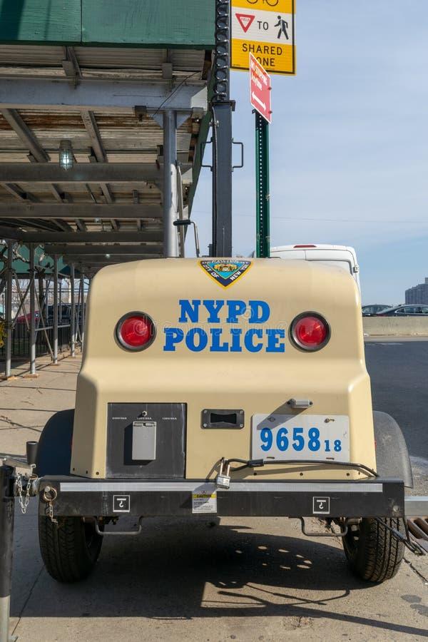 De Stad van New York, NY/USA - 3/19/2019: NYPD-machtsgenerator op een straat van Manhattan stock foto's