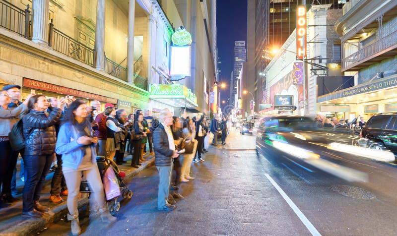 DE STAD VAN NEW YORK - 21 OKTOBER, 2015: Toeristen online in de straat royalty-vrije stock afbeelding