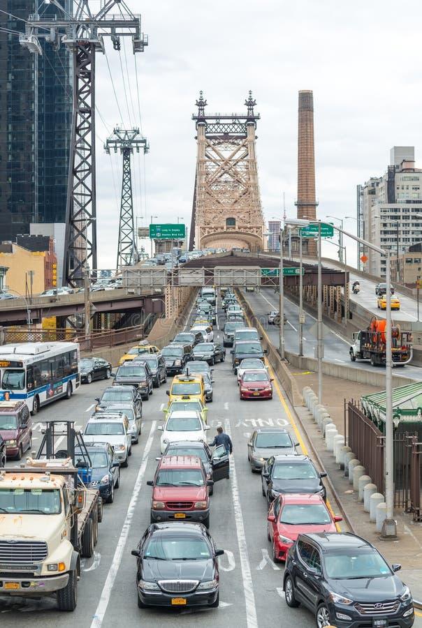 DE STAD VAN NEW YORK - 24 OKTOBER, 2015: Zwaar verkeer langs Queensboro royalty-vrije stock afbeeldingen