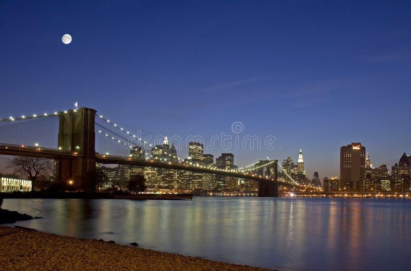 De Stad van New York onder de maan royalty-vrije stock afbeelding