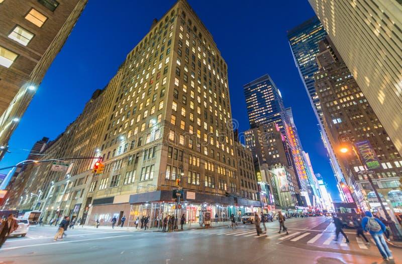 DE STAD VAN NEW YORK - SEPTEMBER 2015: Verkeerslichten bij nacht langs ma royalty-vrije stock afbeeldingen