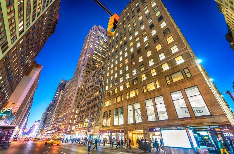 DE STAD VAN NEW YORK - SEPTEMBER 2015: Verkeerslichten bij nacht langs ma stock foto