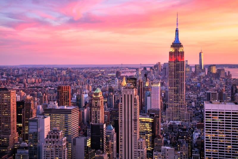 De Stad van New York Uit het stadscentrum met Empire State Building bij Verbazende die Sunsetolored-rook op witte achtergrond wor stock afbeeldingen