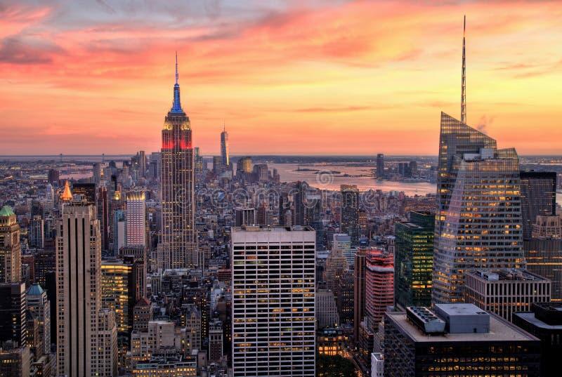 De Stad van New York Uit het stadscentrum met Empire State Building bij Verbazende Zonsondergang royalty-vrije stock afbeelding