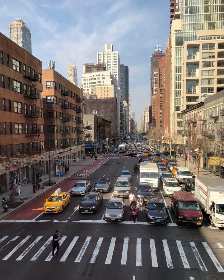De Stad van New York, de V.S. - April 2018: Verkeer op Tweede Weg in uit het stadscentrum Manhattan in de middag stock foto's