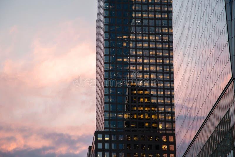 De Stad van New York/de V.S. - 22 augustus 2018: De buitenbezinning van One World Trade Center bij zonsondergang in Lagere Manaht royalty-vrije stock afbeeldingen