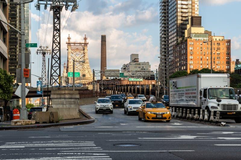 De Stad van New York/de V.S. - 27 juli 2018: Het verkeer van de Queensborobrug en royalty-vrije stock foto's