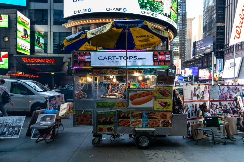 De Stad van New York/de V.S. - 13 juli 2018: Het voedselkar van de Times Squarestraat royalty-vrije stock afbeeldingen