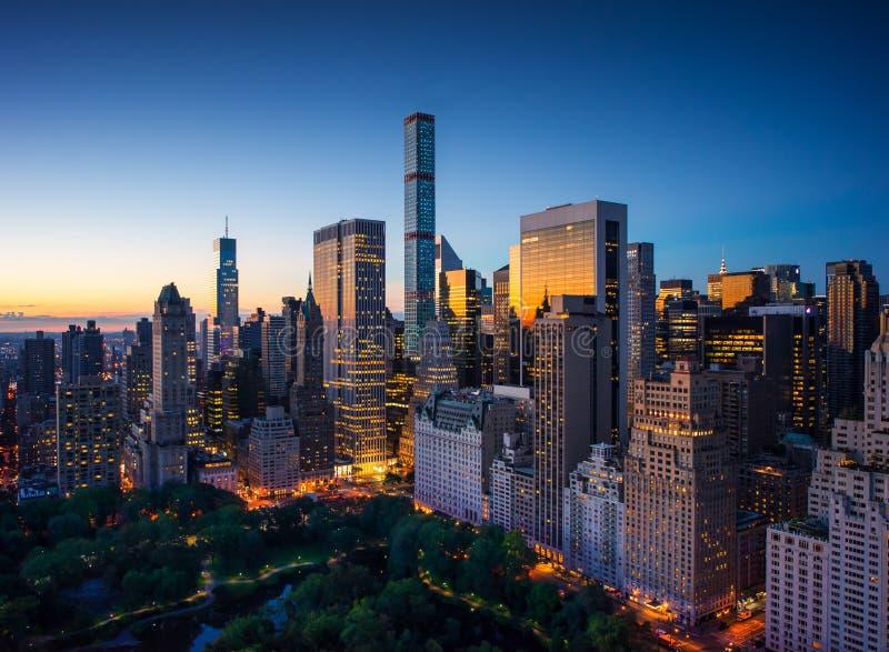 De stad van New York - verbazende zonsopgang over centraal park en hoger Oost- zijmanhattan - Vogelsoog/luchtmening royalty-vrije stock afbeeldingen
