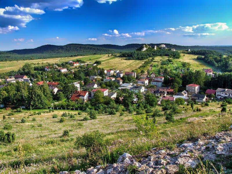 De stad van Olsztyn van kasteelheuvel wordt gezien op trailof Eagles ` die nestelt royalty-vrije stock afbeelding