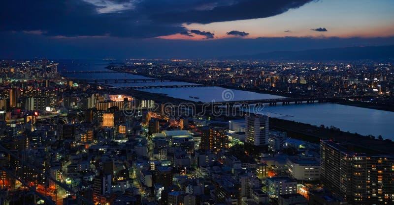 De stad van Osaka bij nacht stock foto