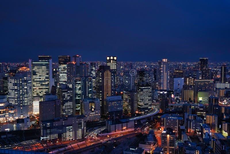 De stad van Osaka bij nacht royalty-vrije stock afbeeldingen