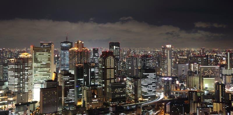 De stad van Osaka in cityscape van Japan bij nacht stock foto