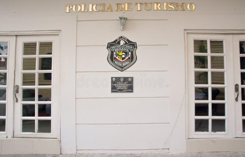 DE STAD VAN PANAMA, PANAMA - APRIL 20, 2018: Openluchtmening van de witte politie Spaanse bouw met een schild van nationale polit stock afbeelding