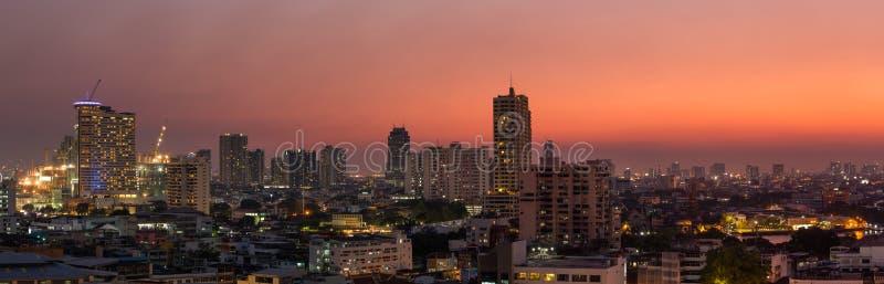 De stad van panoramabangkok bij zonsondergang stock afbeeldingen