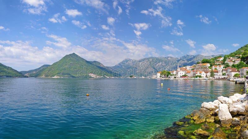 De stad van Perast in Montenegro is een grote plaats voor de zomervakantie royalty-vrije stock afbeelding