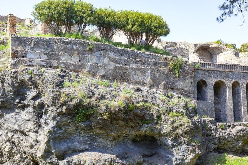 De stad van Pompei onder een laag van as door de vulkaan de Vesuvius wordt begraven die stock fotografie