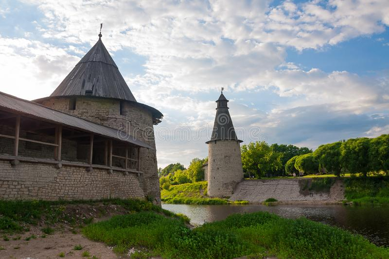 De stad van Pskov Steden van Rusland Vesting in de stad van Pskov Het Gebied van Pskov Oude vesting Rusland stock foto