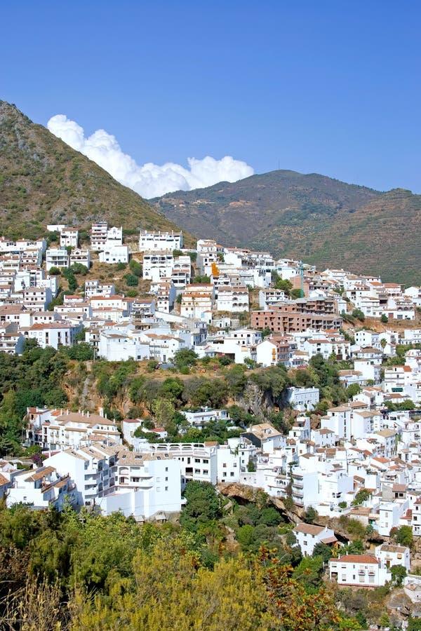 De stad van Pueblo van Ojen dichtbij Marbella in Spanje stock foto's