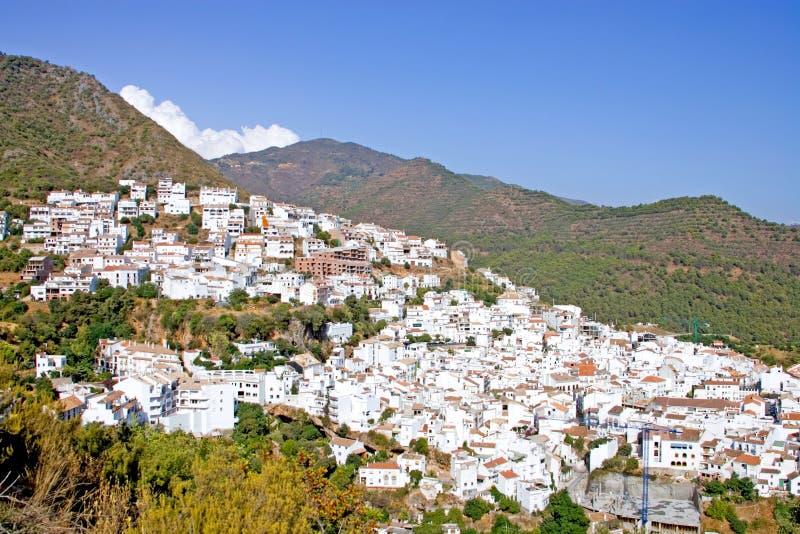 De stad van Pueblo van Ojen dichtbij Marbella in Spanje stock afbeeldingen