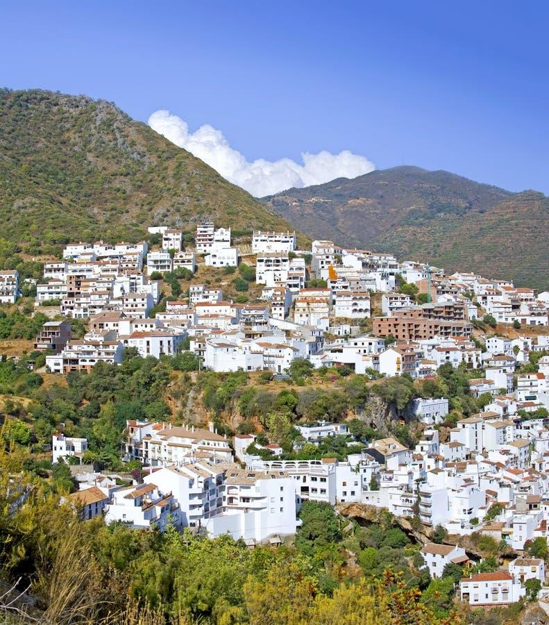 De stad van Pueblo van Ojen dichtbij Marbella in Spanje stock afbeelding