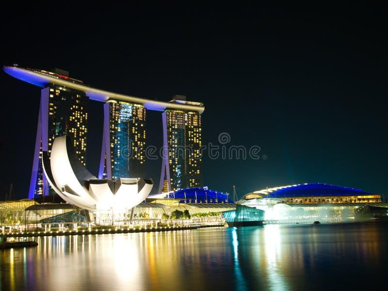 De Stad Van Singapore Bij Nacht Stock Afbeeldingen