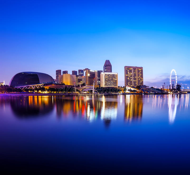 De stad van Singapore bij nacht met bezinning royalty-vrije stock afbeeldingen