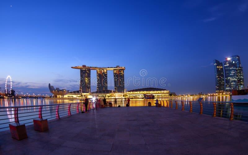 De stad van Singapore bij nacht met bezinning royalty-vrije stock afbeelding