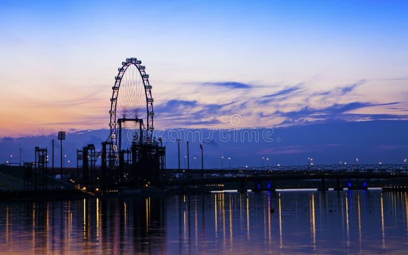 De stad van Singapore bij nacht met bezinning royalty-vrije stock foto