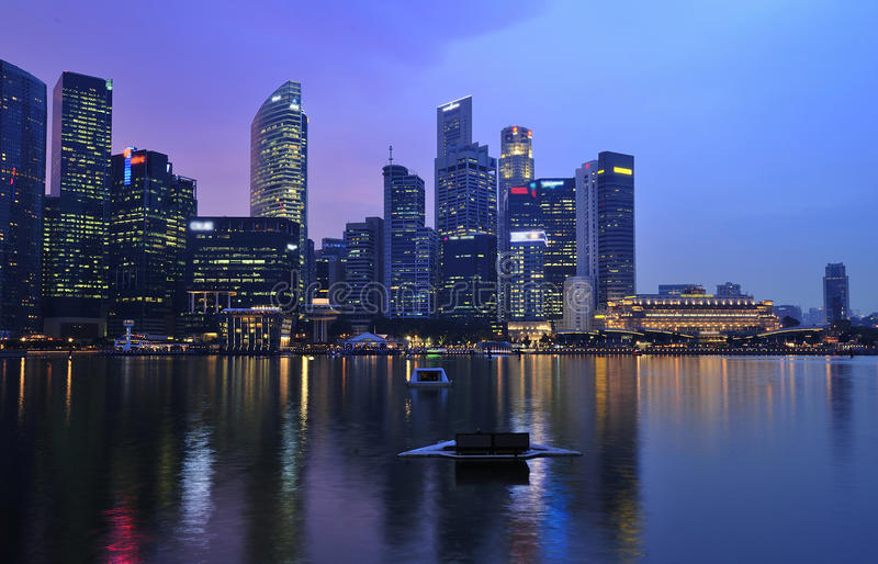 De stad van Singapore door de nacht royalty-vrije stock afbeeldingen