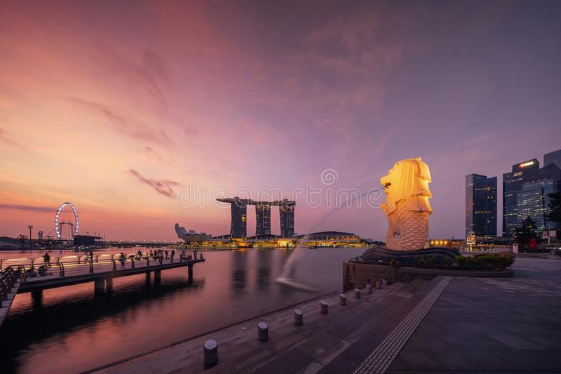 De Stad van Singapore - 29 Juli, 2018: Merlion en Marina Bay Sands bij royalty-vrije stock foto