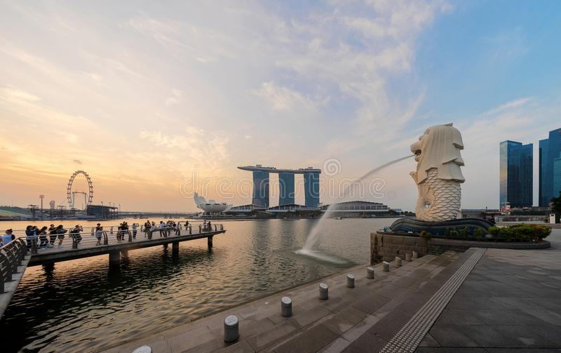 De Stad van Singapore - 29 Juli, 2018: Merlion en Marina Bay Sands bij royalty-vrije stock foto's